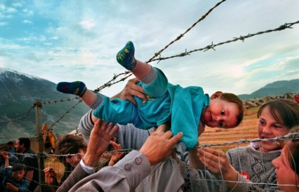 Carol Guzy: Kosovo Refugees